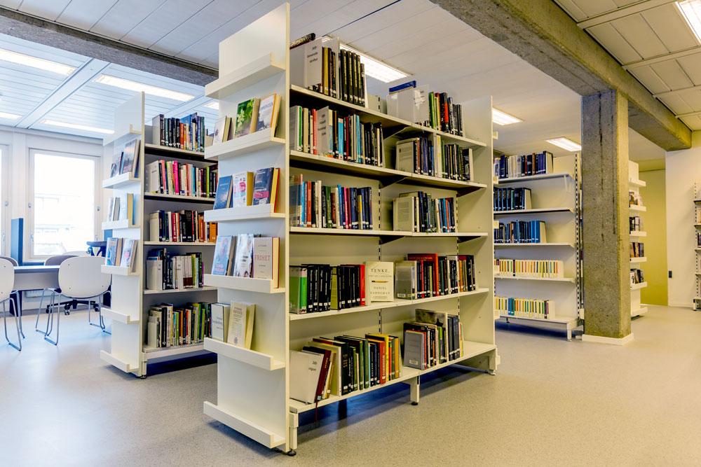 Hyller i Bardu bibliotek