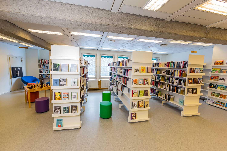 Bokhyller i biblioteket